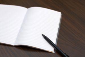 白いノートとボールペン